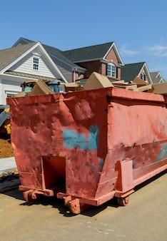 新しい建物の建設作業における古くて使用されている建設資材