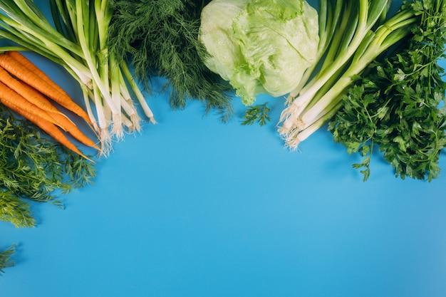 健康食品。青色の背景に野菜。上面図。