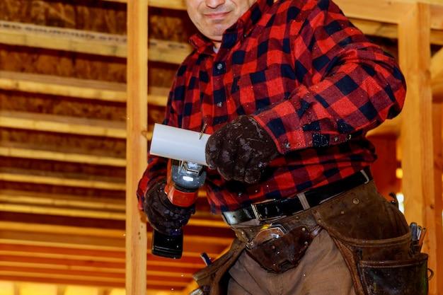 建設中のジグソーカットパイプを使用した配管