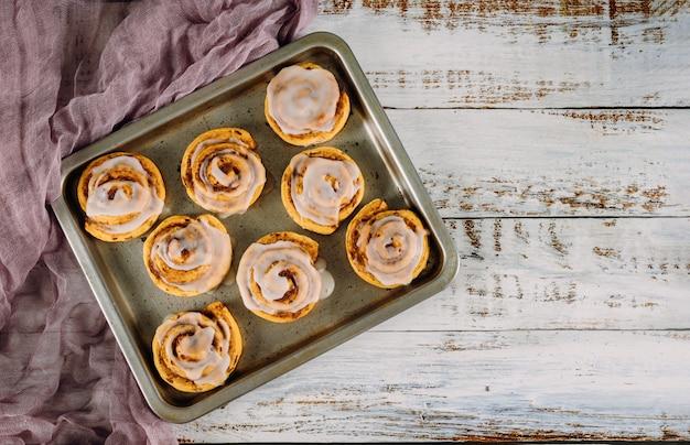 ベーキングパンで甘い自家製シナモンロール