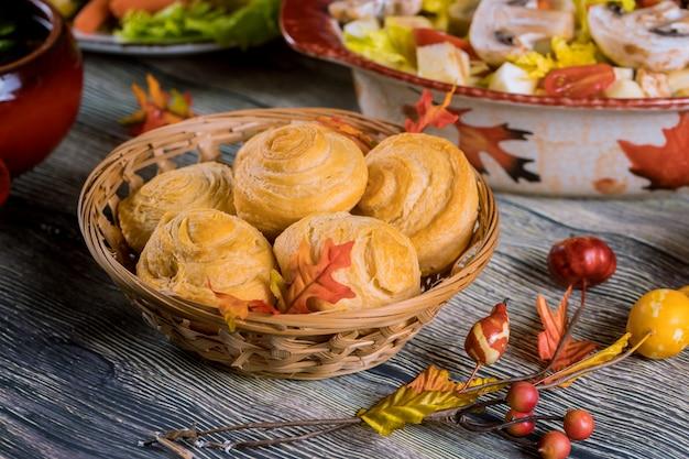 秋の装飾と枝編み細工品バスケットにパンを旋回します。