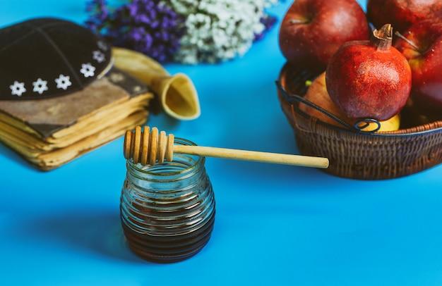 Шофар и талит со стеклянной банкой меда и свежими спелыми яблоками. еврейский новый год рош ха-шана