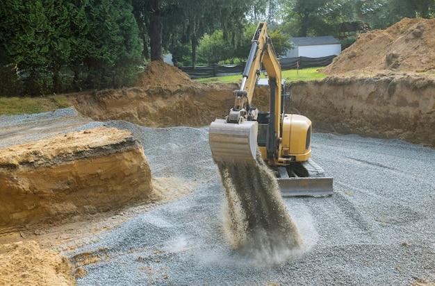 基礎建物の建設現場、バケツの詳細、土砂利用の産業掘削機