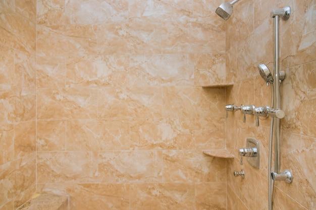 シャワーとマッサージ機能付きの豪華でモダンなバスルーム