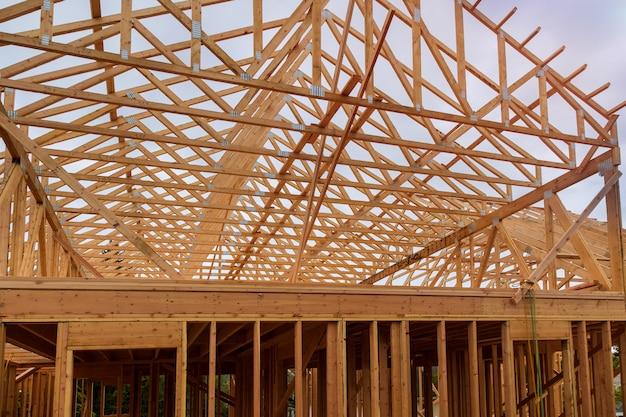 木造住宅の屋根の住宅建設の家のフレーミング