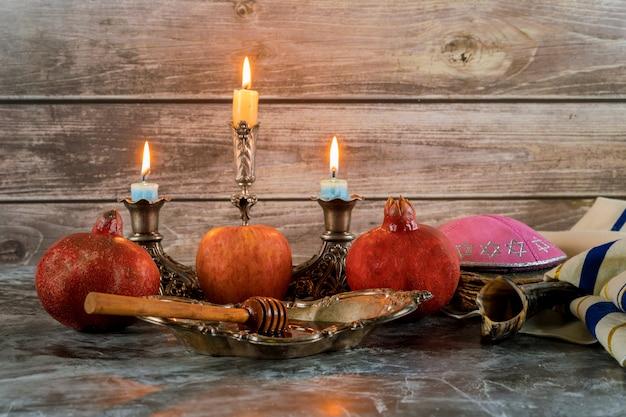 Медовая банка и свежие спелые яблоки. еврейские новогодние символы. рош ха-шана