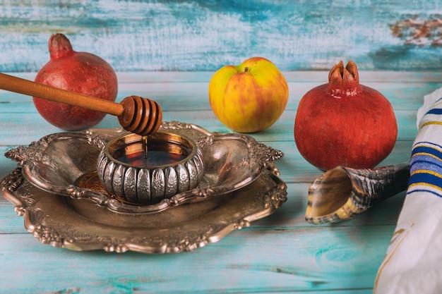 Шофар и талит со стеклянной банкой меда и свежими спелыми яблоками. еврейские новогодние символы. рош ха-шана