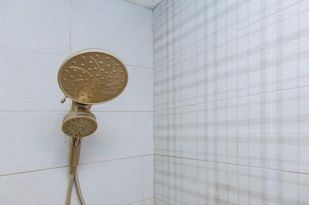モダンなバスルームのシャワーヘッドキュービクル