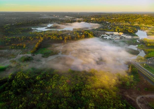 Красиво на солнце встает красивый цвет на тумане в туманное утро у реки на рассвете