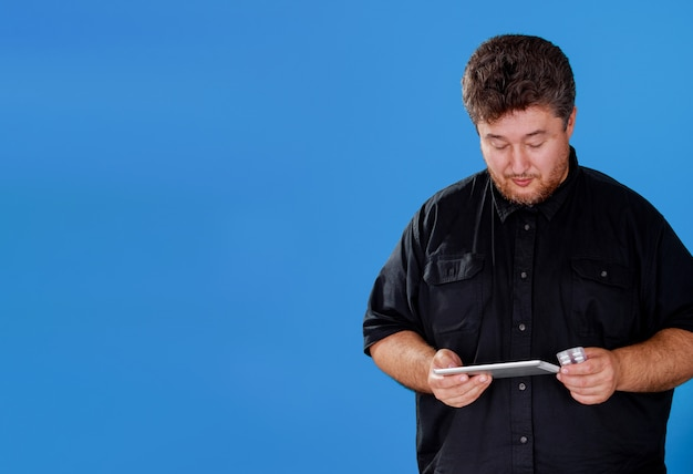 タブレット、現代の技術ヘルスケアモバイルを使用してオンラインで医療コンサルティングとタブレットとピル