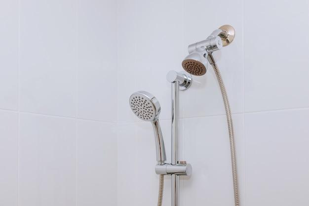 シャワーヘッド付きの現代的なバスルーム