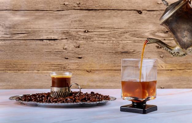 冷たい醸造アイスコーヒーを注ぐ