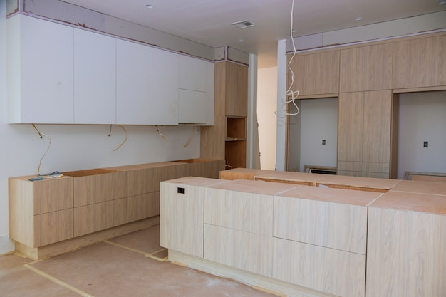 新しいキッチンキャビネットにインストールされているホーム改善キッチンビュー