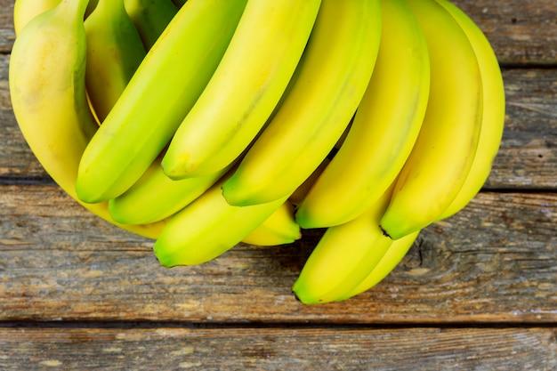 Спелые бананы на деревянной разделочной доске, вид сверху