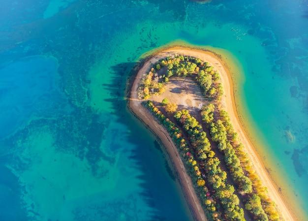 Пейзажная территория в красивом летнем озере с фантастическим