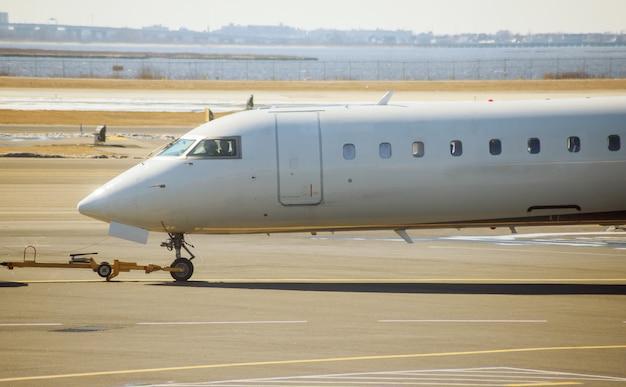 飛行機は空港の滑走路に飛行機で飛行する準備をしています。