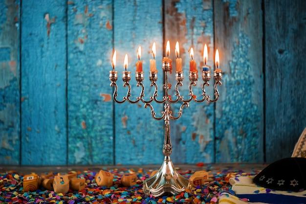 ユダヤ人祭りでのハヌカ本枝の燭台の伝統的な燭台の選択的な焦点