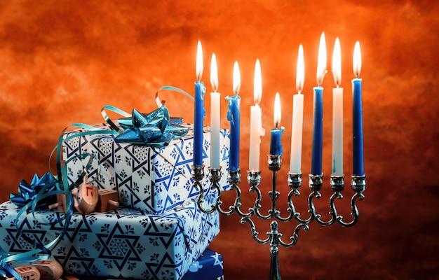非常に熱い蝋燭とハヌカ本枝の燭台