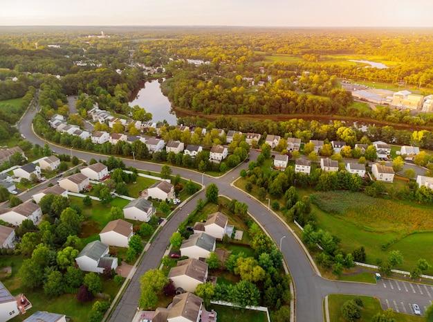 早朝の住宅地の空撮。夜明けの美しい町都市景観
