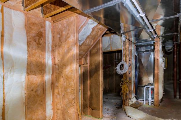 住宅建設現場の地下壁を備えた断熱材