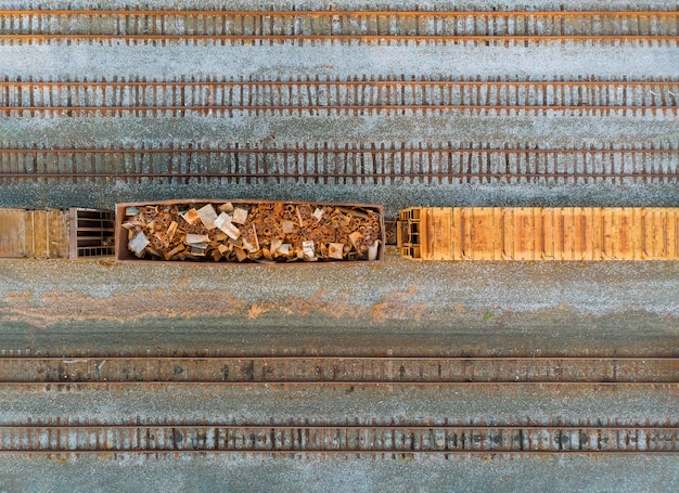 Железнодорожный вагон с металлическим ломом старого ржавого корродированного металла для экологии