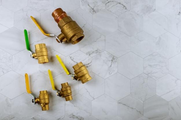Сантехнические фитинги латунные на соединениях водопроводных труб