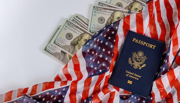 アメリカのパスポートはアメリカ国旗のアメリカのドルのお金を閉じます。