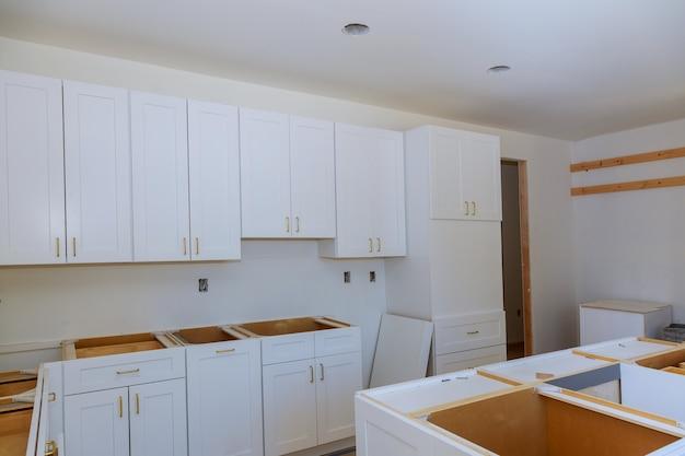 新しいキッチンキャビネットの新しい家の改善の台所に設置