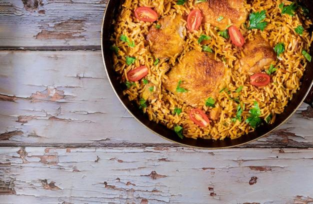 Жареная рисовая курица с зеленой петрушкой и помидорами