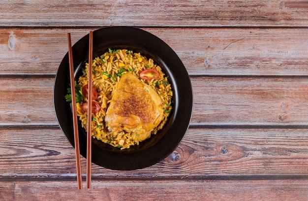 Курица с рисом, острые специи со свежими овощами
