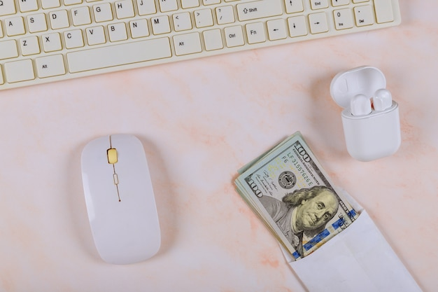 Канцтовары, гаджеты с беспроводной зарядкой, чехол для наушников, клавиатура и мышь, наличные сто долларов ворс