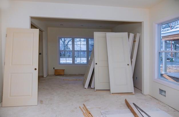 建設中、改造、改修、拡張、修復、および再構築のプロセス。