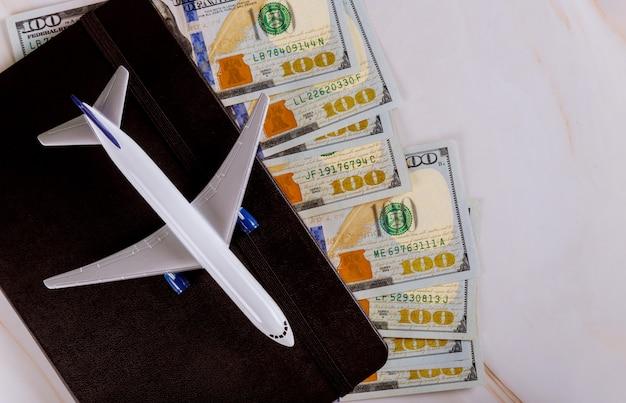準備飛行機、旅行デザインのフラットレイアウトノートの旅行のコンセプト
