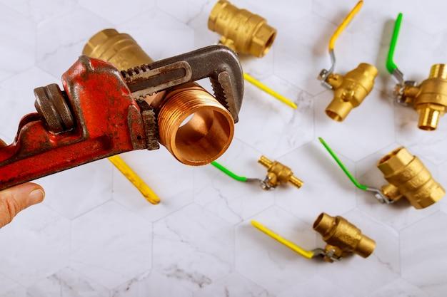 パイプレンチの真鍮配管継手、重い楽器