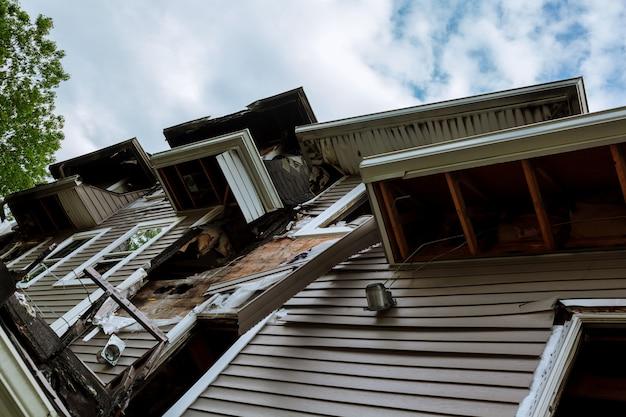 燃えた後の夏の家の中で火災で損傷を受けたインテリアの詳細
