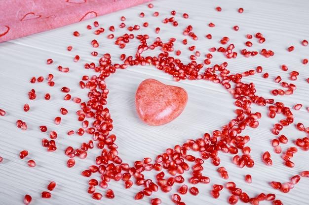 ザクロの種子からのバレンタインデーの装飾。