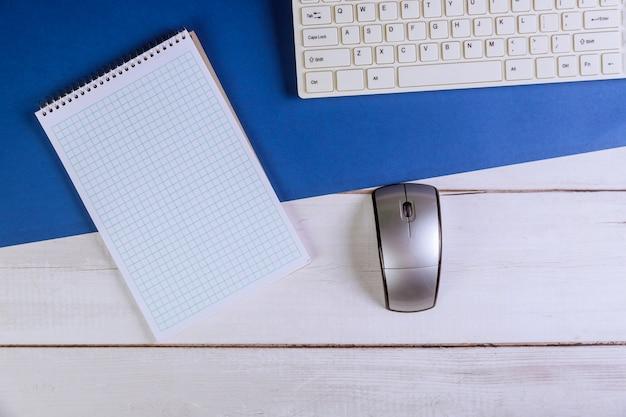 消耗品とデバイスを備えたスタイリッシュなオフィステーブル