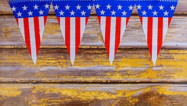 古い木製の表面にアメリカのガーランドフラグ