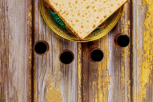 Пасхальное вино и маца еврейский праздничный хлеб на деревянной доске