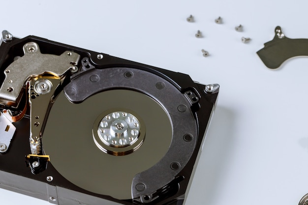 壊れたハードディスクドライブを分解しました
