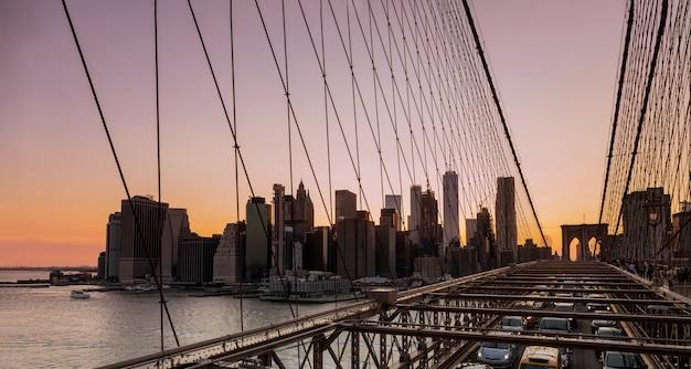 夏に見たブルックリン橋の夕方の夕日とマンハッタンのスカイライン