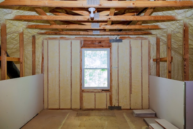ガラス繊維の防寒壁と断熱材による屋根裏部屋の断熱