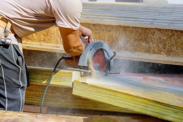 Циркулярная пила. карпентер, используя циркулярную пилу для бруса