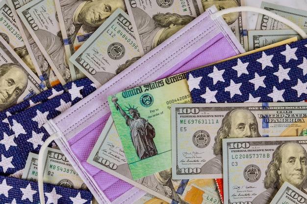 米国の旗とフェイスマスク上の紙幣