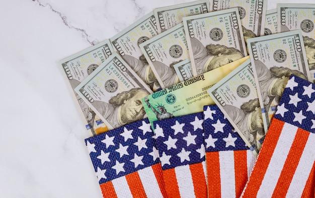 米国旗の上の紙幣