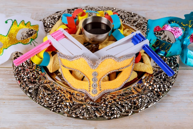 ユダヤ人のカーニバルのプリムのお祝い、ハマンタシェンクッキー、鳴り物、羊皮紙のマスク