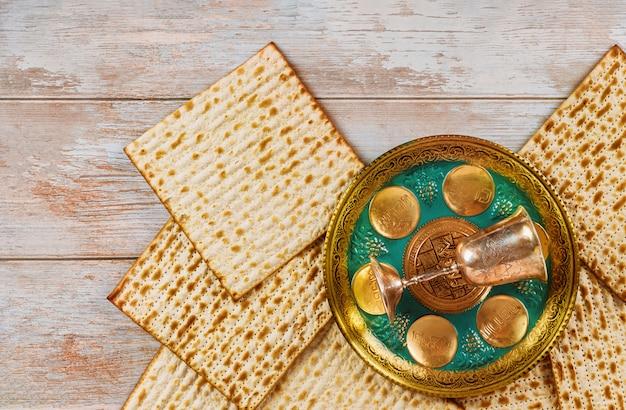 ヘブライ語の卵、骨、ハーブ、カルパス、シャゼレット、カロースのテキストが付いたマッツォセダーとマッツォの過越祭の休日のユダヤ人の祭典。