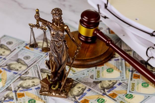 Судья молоток, адвокат бюро права и справедливости со знаком доллара коррупции и продажности концепций