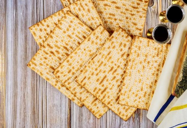 過越祭のマツォとキッドドゥッシュワインにマツの種なしパンを添えて