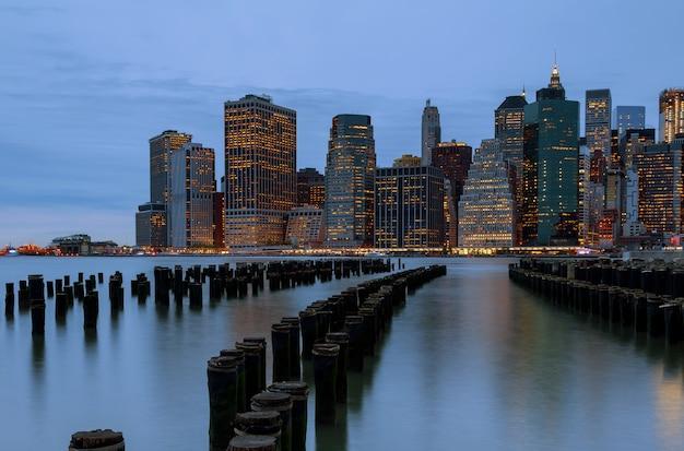 ニューヨーク市。夕暮れのマンハッタンのダウンタウンのスカイラインの高層ビル。